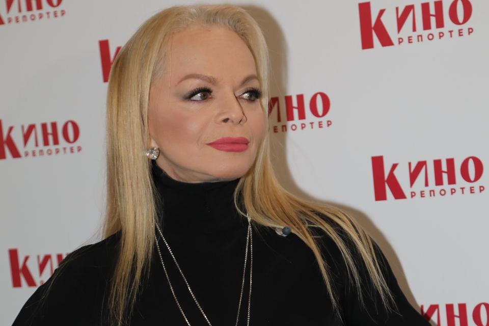Похорошевшая и похудевшая: Лариса Долина устроила скорбную фотосессию на могиле Юли Началовой