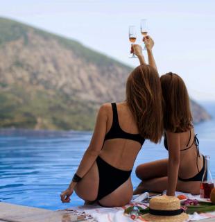 девушки пьют шампанское у бассейна