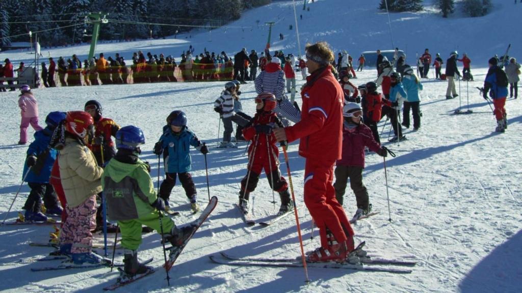 детские занятия с инструктором по лыжам
