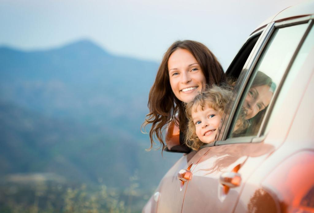 мать и ребенок выглядывают из машины