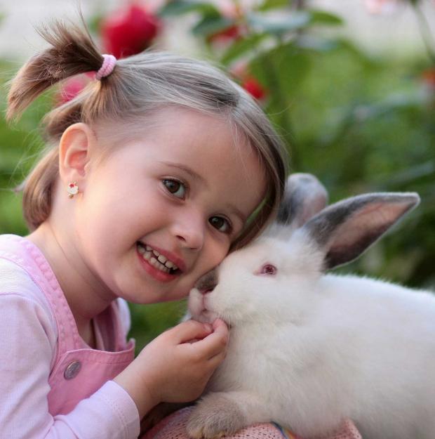 девочка обнимается с кроликом