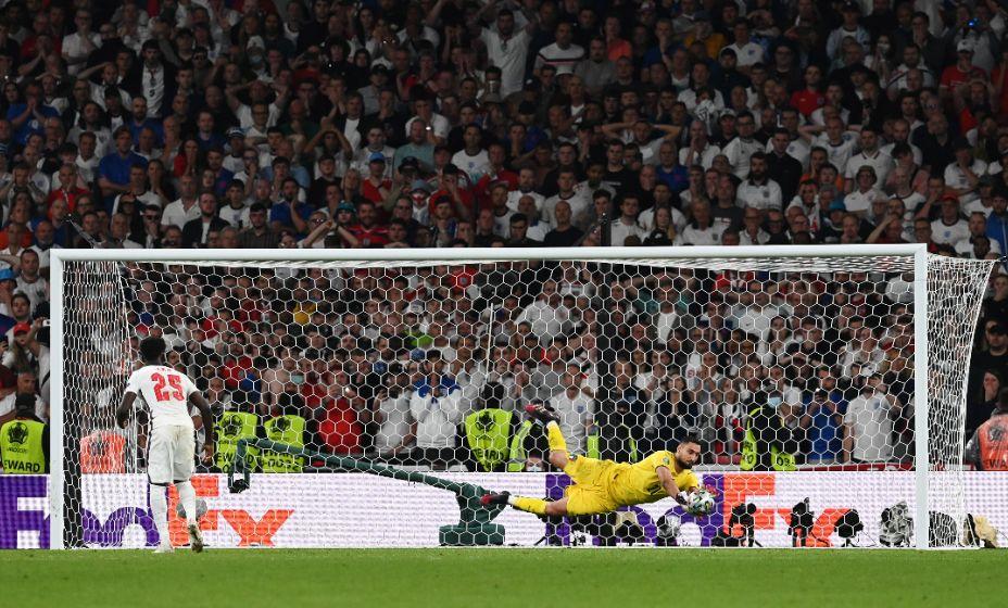 Вратарь сборной Италии Доннарумма отражает удар англичанина Сака в послематчевой серии финала Евро-2020. Фото: Reuters