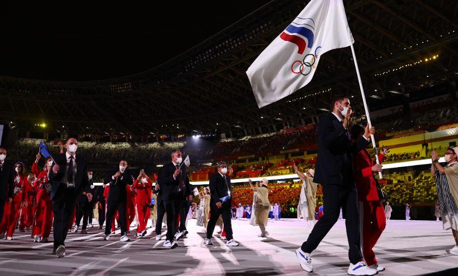 Знаменосцы сборной России Максим Михайлов и Софья Великая. Фото: Reuters