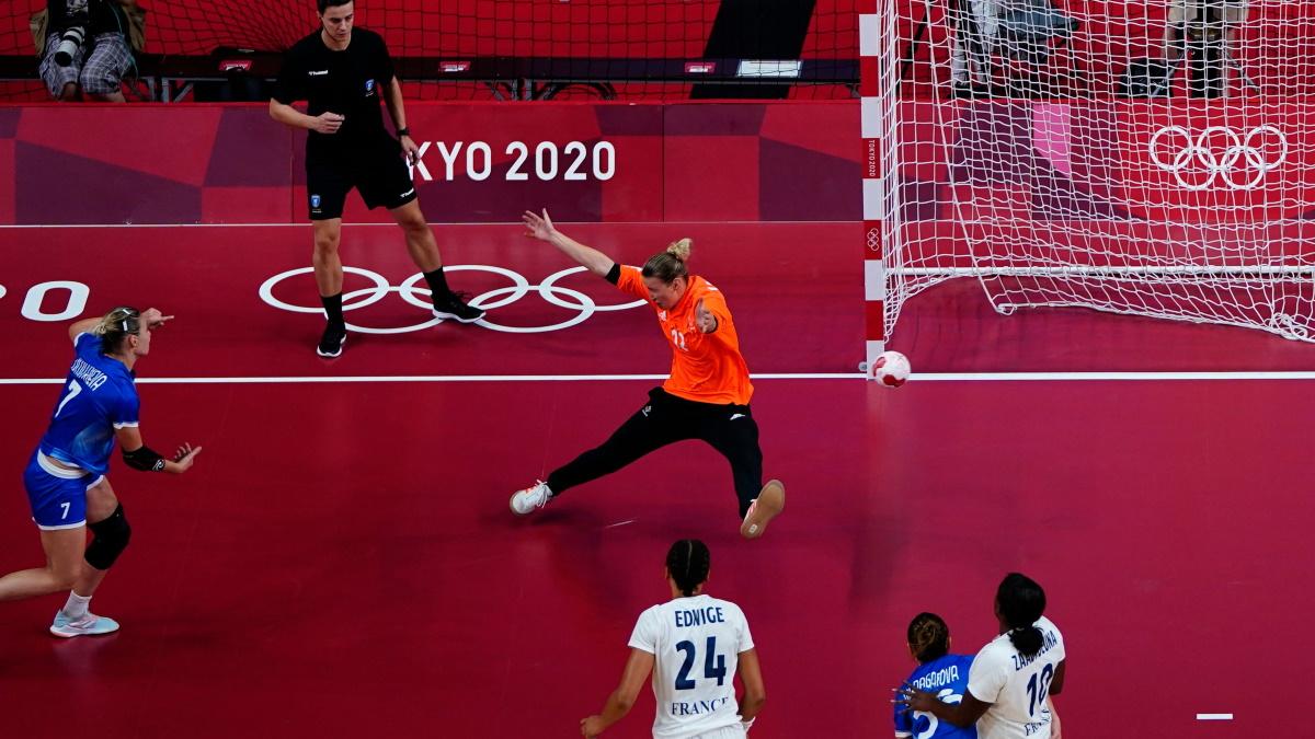 Дарья Дмитриева поражает ворота сборной Франции в финале Олимпиады. Фото: REUTERS