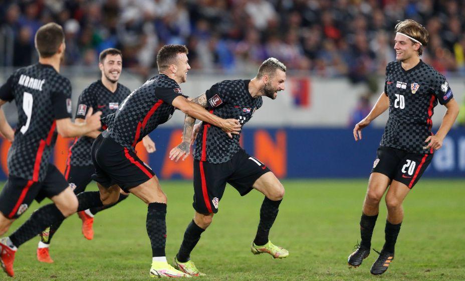 Хорват Марцело Брозович празднует гол в ворота Словакии. Фото: Reuters