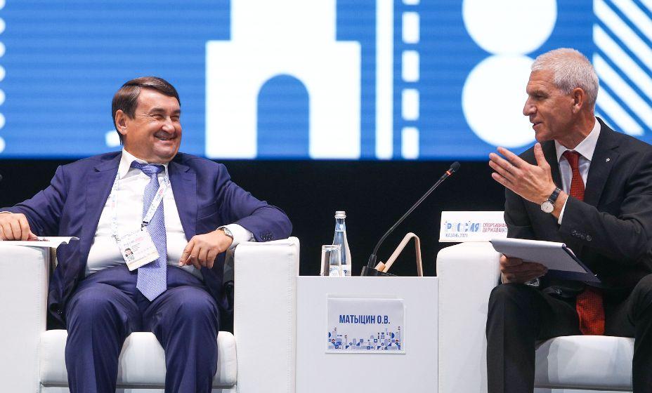 Игорь Левитин и Олег Матыцин обсуждают развитие спорта в России. Фото: ТАСС